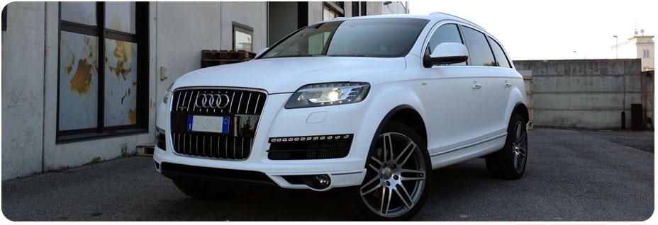 Carwrapping di colore bianco opaco su automobile